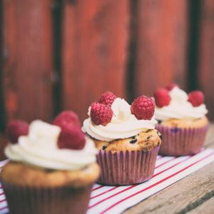 Cupcake z białą czekoladą i malinami